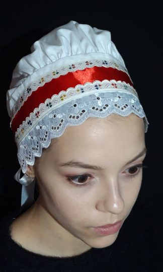 Biely bavlnený čepiec s červenou stuhou