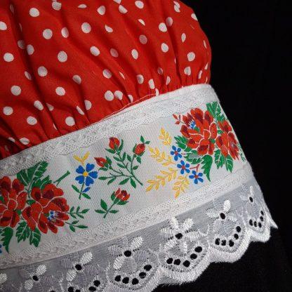 Červený čepiec s kvetinovým lemom