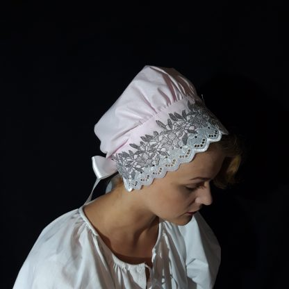 Ružový bavlnený čepiec so striebornou čipkou