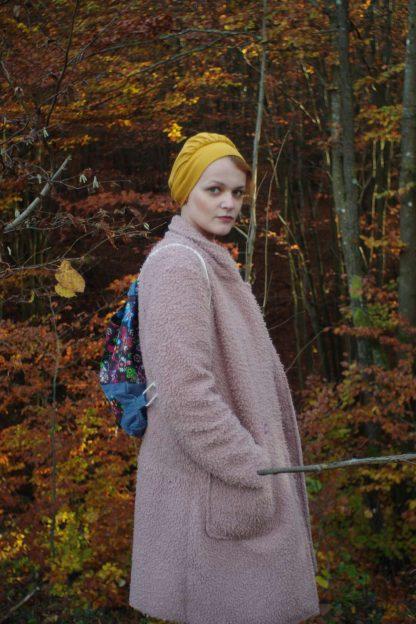Kristína v ružovom kabáte, turistický čepiec a taškovak