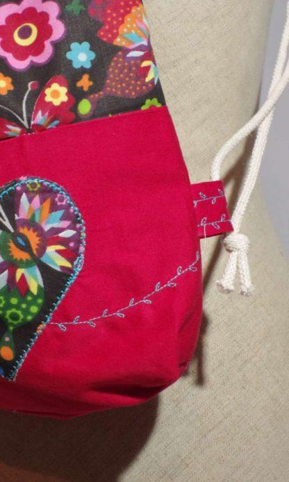 Detail florálneho motívu na ruksaku Jeannie Up Karmína